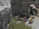 Cyklisté projíždějí v 11. etapě Tour de France skalními formacemi poblíž Recoubeau-Jansaku.