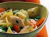 Kuřecí polévka s kedlubnou a těstovinami.