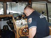 Strážník Jan Tatzl za kormidlem člunu poříční městské policie