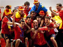 TAKHLE SLAV� MIST�I SV�TA. �pan�l�t� fotbalist� se bav� na oslav� v Madridu