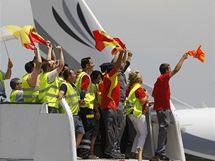 �pan�lsk� fotbalisty v�tali i pracovn�ci leti�t� v Madridu.