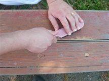 Zbytky starého nátěru odstraníte drátěným kartáčem