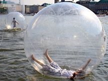 """Lidé se v německém Hamburku osvěžovali na jezeře Alster při akci """"Walk Water Balls""""  (července 2010)"""