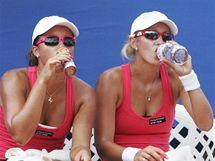 Anastasia Rodinovová a Arina Rodinovová se občerstvují v extrémním vedru na turnaji ECM Prague Open v Praze