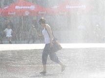 V tropických dnech nechalo město Brno postříkat ulice v centru vodou (13. červenec 2010)