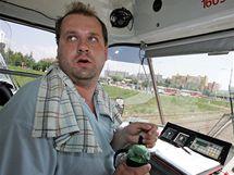 Řidič brněnské tramvaje Jiří Rosický musí ve vedrech hodně pít a jezdí s ručníkem za krkem (13. červenec 2010)