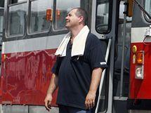 Řidič brněnské tramvaje Jiří Krupička ve vedrech víc pije a jezdí s ručníkem za krkem (13. červenec 2010)