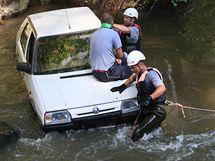 Hasiči na Blanensku nacvičovali těžkou autonehodu se zraněním čtyř osob a pádem aut do řeky