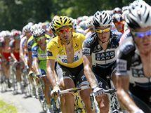 V ZÁKRYTU. Držitel žlutého trikotu Fabian Cancellara obklopen týmovými kolegy během sedmé etapy Tour de France.