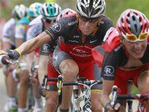 Lance Armstrong odhazuje lahev ve stoupání během sedmé etapy Tour de France.