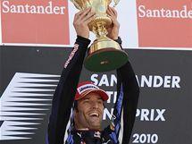 Mark Webber pózuje s pohárem pro vítěze Velké ceny Británie.
