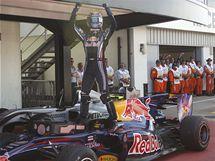 Mark Webber v cíli oslavuje své vítězství ve Velké ceně Británie.