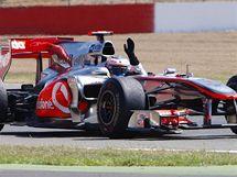 V cíli druhý Lewis Hamilton zdraví diváky na okruhu v Silverstone.