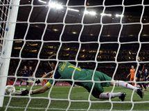 �pan�lsk� brank�� Iker Casillas likviduje st�elu soupe�e ve fin�lov�m z�pase proti Nizozemsku.
