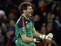 Španělský gólman Iker Casillas skáče nadšením poté, co jeho spoluhráč Iniesta vstřelil vítězný gól.