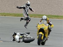 Randy de Puniet letí vzduchem poté, co ztratil kontrolu nad svým strojem.