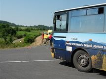 Na Bruntálsku zemřel motorkář, který vyjel do příkopu poté, co zavadil při předjíždění o autobus.