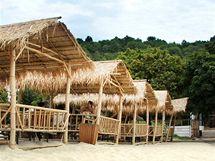 Bílý písek a bambusové domky dají Pražanům zapomenout, že jsou stále v metropoli