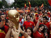 Fanoušci Španělska oslavují v centru Mexico City triumf na fotbalovém MS.