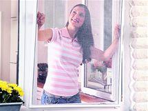 Pevná síť v rámu se na okno instaluje z interiéru na vnější stranu okna