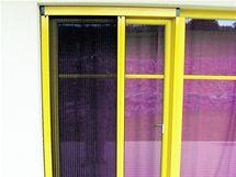 Plisovaná okenní či dveřní síť se dá shrnout k okraji rámu jako harmonika