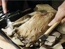 Po odstranění hliněné krusty se nejprve objeví pečicí papír