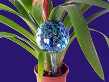 Zavlažovací koule existuje v několika velikostech, volte je podle výšky stonku rostliny