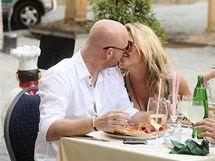Simona Krainová s partnerem Karlem Vágnerem na obědě