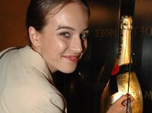 Tereza Voříšková podepisuje zlatou lahev pro Centrum Paraple