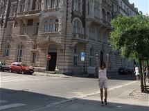 Před budovou - KO