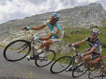 Alberto Contador (vlevo) ve stoupání na Colombiere v 9. etapě Tour de France 2010.