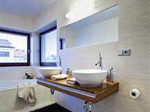 Prostorná koupelna je v klidných přírodních tónech