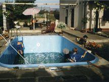 Nejdříve se postavil bazén, pak následovala stavba terasy