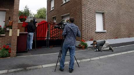 Novináři před domem ve městě Villers-au-Tertre, kde bydleli manželé podezřelí z vraždy novorozenců
