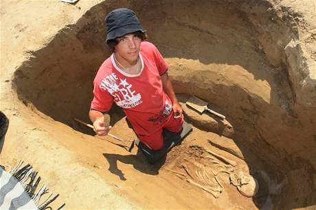 Na poli u Kyjova objevili archeologové desítky hrobů germánského kmene Langobardů (na snímku archeolog Dominik Pekárek)