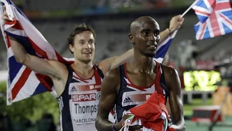 BRITSKÉ DOUBLE. Zlatý Mo Farah (vpopředí) a stříbrný Chris Thompson po závodě na 10000 metrů na ME v Barceloně