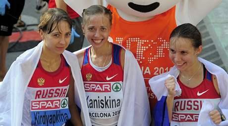 Stříbrná Anisja Kirdjapkinová, zlatá Olga Kaniskinová a bronzová Jelena Sokolovová v cíli chodeckého závodu na 20 km  na ME v Barceloně