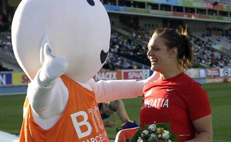 Chorvatka Sandra Perkovičová slaví s maskotem ME zlato ze soutěže diskařek