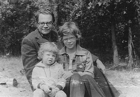 Hans Joachim Schädlich s dcerami Annou (ta menší) a Susanne; asi rok 1976