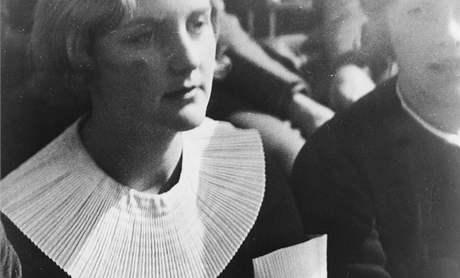 Meziválečná britská obdivovatelka Hitlera Unity Mitfordová, o níž psal historik Karlheinz Schädlich. Unity si prostřelila hlavu v parku, nicméně přežila. Udavač učinil totéž, ale nepřežil.