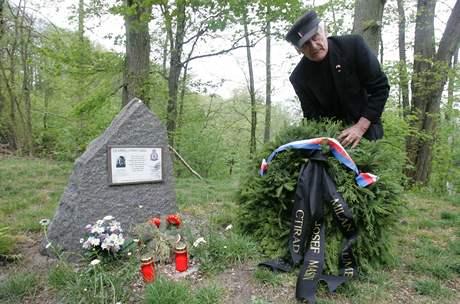 Suté Břehy, 6. května 2007 - pietní vzpomínka na české letce, kteří padli ve druhé světové válce. Člen třetího odboje Milan Paumer, položil věnec k jejich památníčku.