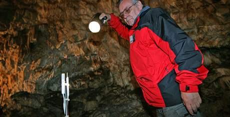 Průvodce Ivo Štecl ukazuje teplotní senzory v Kateřinské jeskyni v Moravském krasu