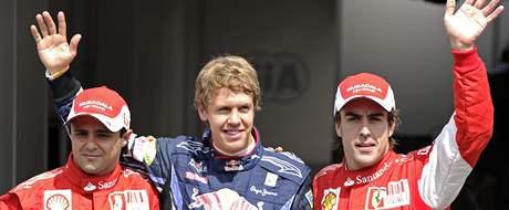 Vítěz kvalifikace Sebastian Vettel (uprostřed) pózuje s druhým v pořadí Fernandem Alonsem (vpravo) a třetím Felipe Massou.