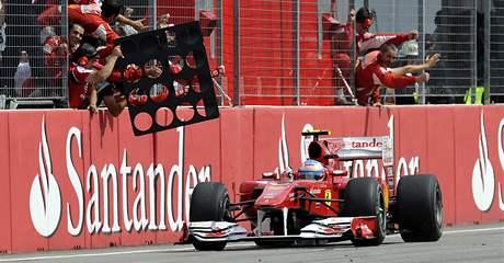 VÍTĚZ. Fernando Alonso z Ferrari projel cílem ve Velké ceně Německa jako první.