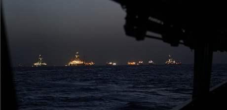 Záběr z plavidla pobřežní hlídka na místo ropné havárie v Mexickém zálivu. Lodě musí kvůli blížící se bouři pryč (22. července 2010)