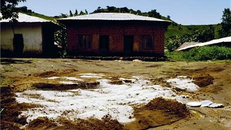 Vápno pokrývá masový hrob lidských obětí výbuchu plynu pod vulkanickým jezerem Nyos.