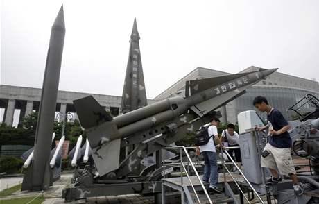 Jihokorejští školáci si hrají v Soulu poblíž muzea Korejské války. Na snímku severokorejské rakety