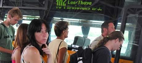 Cestující na lince z Brna do rakouského Laa na autobusovém nádraží Zvonařka v Brně.