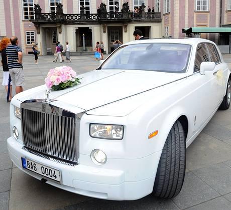 TENISOVÁ SVATBA. Vůz novomanželů. Radek Štěpánek si vzal v katedrále sv. Víta Nicole Vaidišovou.
