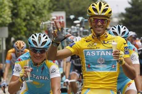 TŘETÍ TRIUMF. Jedu si pro třetí vítězství Tour de France, ukazuje Alberto Contador během poslední etapy letošního ročníku slavného závodu.